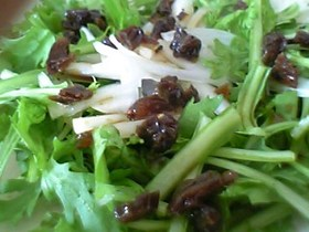 春菊と玉葱のレーズンドレッシングサラダ