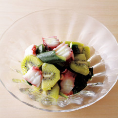たこ、きゅうり、キウイのサラダ