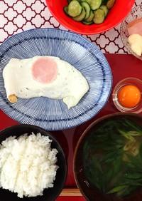 卵黄の卵かけご飯とハム目玉焼きの朝セット