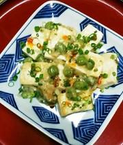 豆腐と塩えんどう豆の炒めものの写真