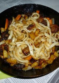 鉄パンで鶏皮と野菜たっぷりの焼きうどん