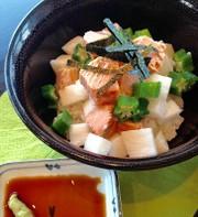 サラダサーモンを使用した和風丼の写真
