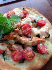 サラダサーモンを使用したピザの写真