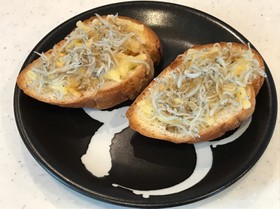 しらすの塩味が美味い、ガーリックトースト
