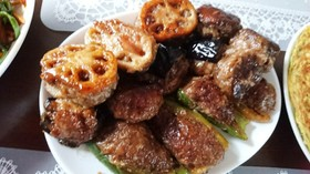 野菜の肉詰め黒ニンニクソース