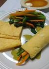 小松菜ニラ人参など野菜炒めの薄焼き卵巻き