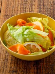 レタスの浅漬けサラダの写真