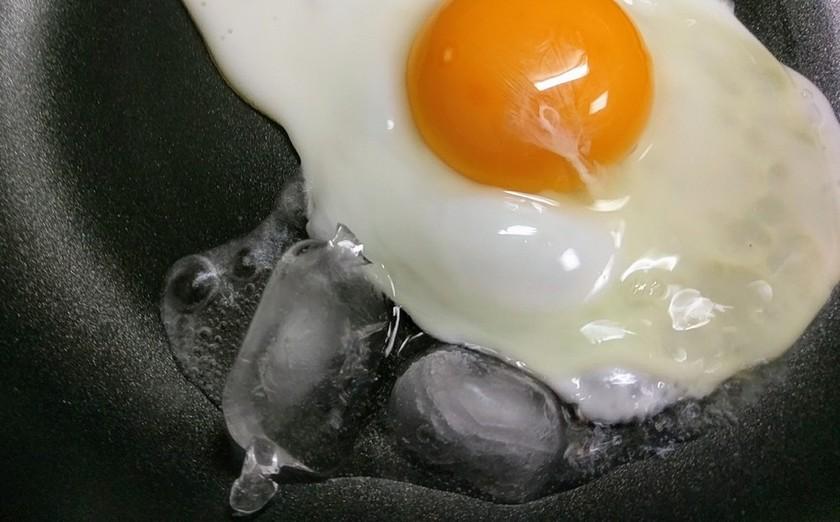 目玉焼きの作り方⭐氷で油がはねない焼き方