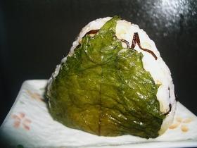 塩こんぶおむすびの大葉にんにく醤油巻き