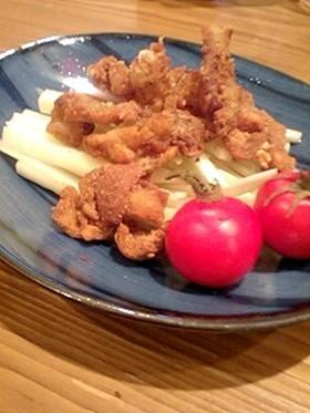 鶏皮チップスと大根の皮サラダ