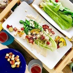 焼きロメインレタスとベーコンのサラダ
