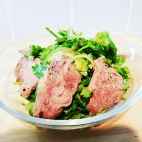 ラム肉とパクチーの香味サラダ