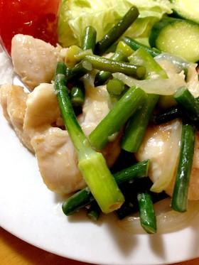 鶏ささみとニンニクの芽の味噌マヨ炒め