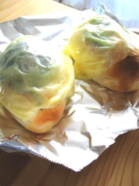 大葉とチーズをのせたロールパン
