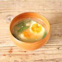 落とし卵とさやいんげんと玉ねぎの味噌汁