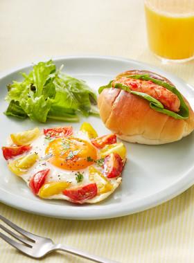 カリーブルスト風サンド&焼きトマエッグ