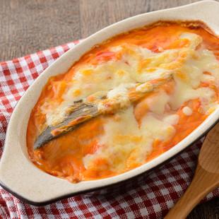 まるごと鮭のトマトクリームグラタン