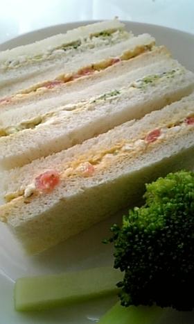 バジル香るブロッコリーと卵のサンドイッチ