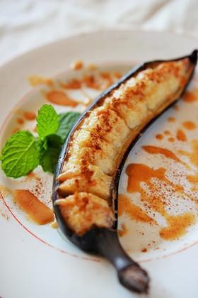 焼きバナナのきな粉シナモンソースがけ