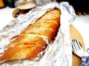 アウトドア フランスパンでホットサンドの写真