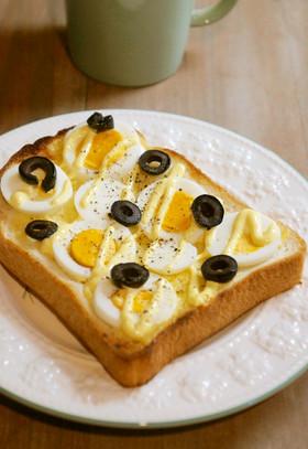 ゆで卵と塩漬けオリーブのトースト