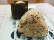 高菜と鮭フレークのおにぎりの写真