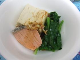 アツアツがおいしー鮭入り湯豆腐