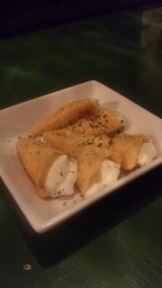 とんがりコーンにクリームチーズつめたやつの写真