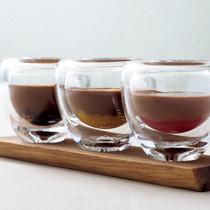チョコレートムース、ラムレーズン、オレンジのソテー、ソルダムのジャムを添えて