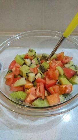 キウィとトマトをジュースでマリネ