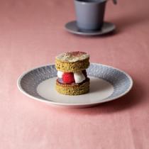 ラズベリーと抹茶の米粉ケーキ