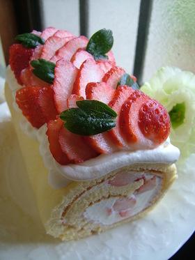 苺の生ロールケーキ