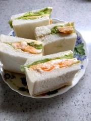 スクランブルエッグサンドイッチの写真
