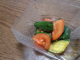トマトとキュウリのピリ辛サラダ