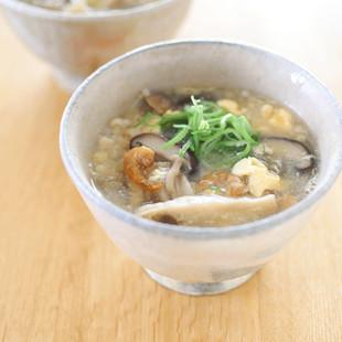 たっぷりキノコと干しエビのかき卵スープ