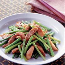 鶏もも肉とにんにくの茎の炒めもの