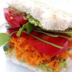 野菜たっぷり彩り豊か!アボカドサンド