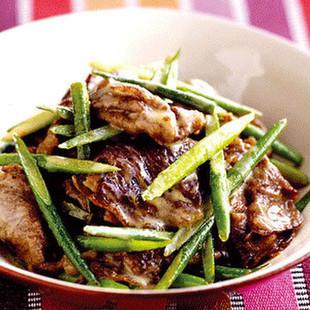 牛肉とにんにくの茎のごまだれ炒め