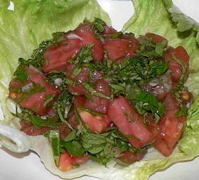 トマトとセロリの葉のバルサミコ風味サラダ