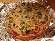 生鮭と野菜のピザの写真