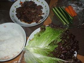 焼き肉とキムチ、サンチュ巻き