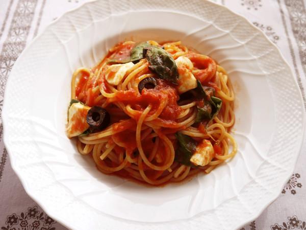 カプレーゼ風 モツァレラチーズとバジルのスパゲティ
