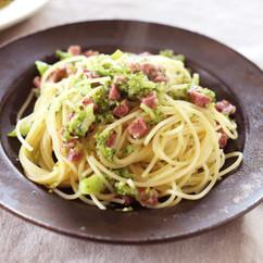 くたくたブロッコリーとサラミのスパゲッティー