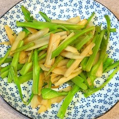 ブロッコリーの茎の皮と蓮根の塩炒め