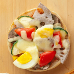 彩り野菜とゆでたまご具だくさんのせパン