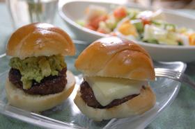 バターロールでアボカドチーズハンバーガー