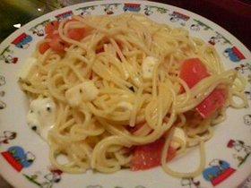 モッツァレラとトマトとバジルのパスタ