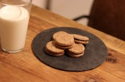 ダブルチョコレートのクッキーサンドの写真