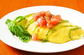 夏野菜リゾットのオムライス バジルソース