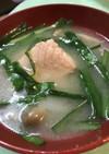 寒さを吹き飛ばす!鮭とニラの味噌汁